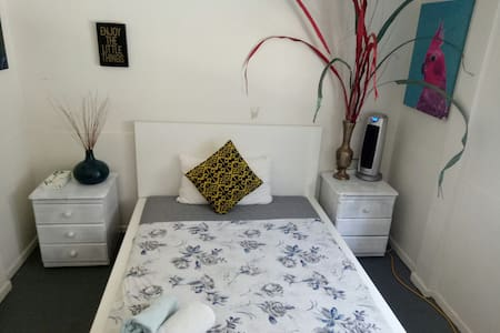 Double bed, private room - Albion