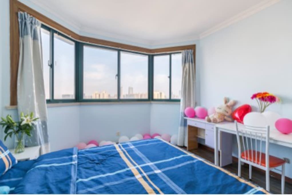 主卧观景窗(The big bedroom with balloons)