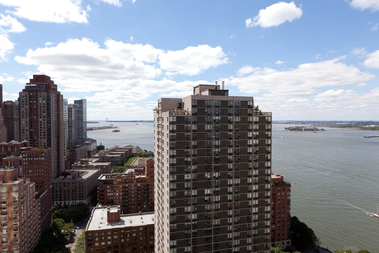 A lot of sunshine, plenty of light - that's what you will love about this apartment.