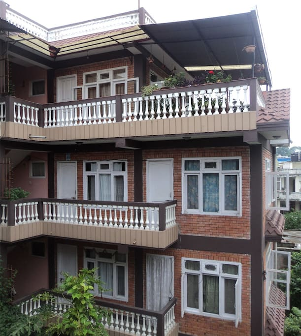 This studio is just below the top floor. Enters from the door on the left. Bathroom and kitchen are inside. There are two rooms inside. One is sitting room cum bedroom and the other is a kitchen.