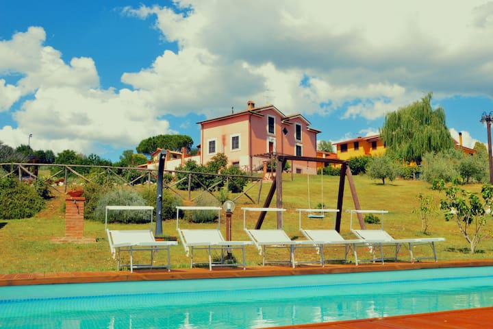 Apartamento en casa de campo nueva, jardín grande, piscina y hermoso entorno