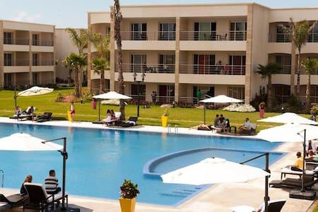 Appartement avec piscines et plage
