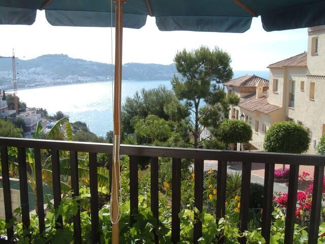 Bonita casa con jardín privado y vistas al mar.