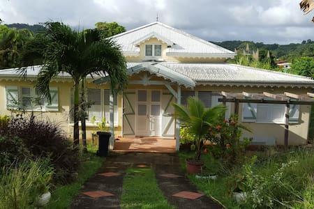 Villa créole - Ch. d'hôte Colibri - Saint-Joseph - Дом