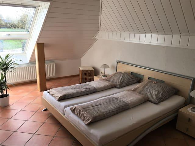 Schlafzimmer mit Blick in die Natur.