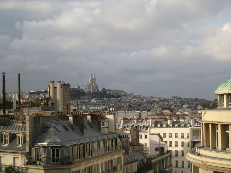 Photo sans grand angle. La vue de l'appartement avec Montmartre au fond.