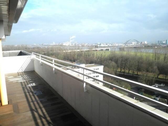 Penthouse mit Blick über Düsseldorf und den Rhein