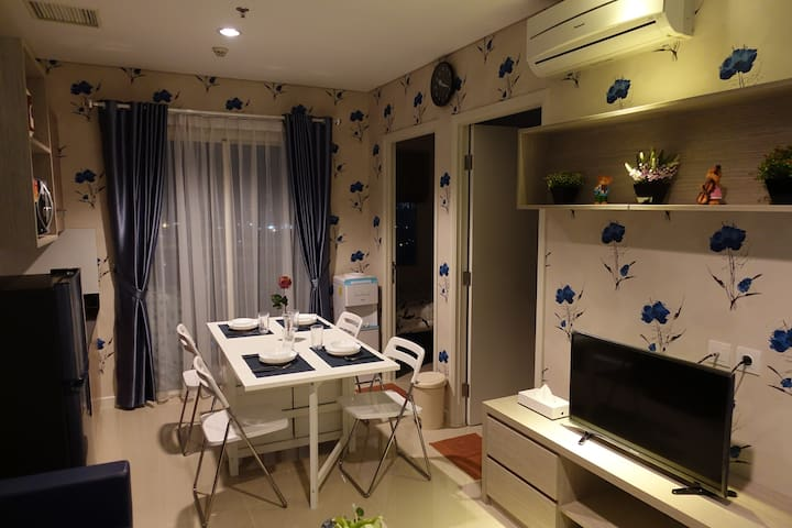 Dining area with foldable dining table and chairs, fully equipped with kitchen cutleries and dining equipments.