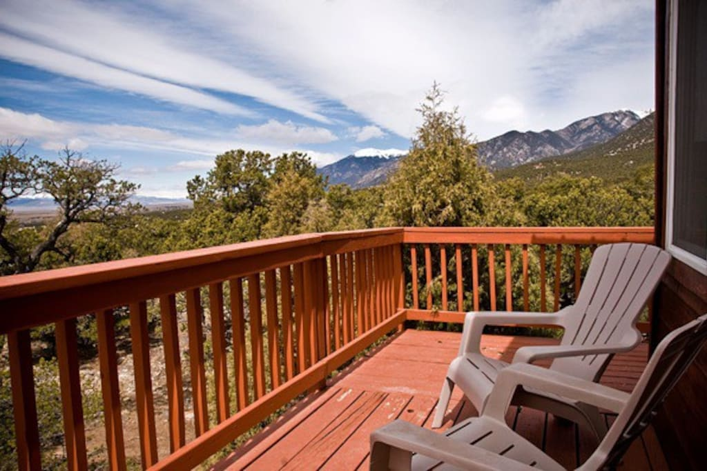 Private balcony with mountain views and beautiful sunsets!