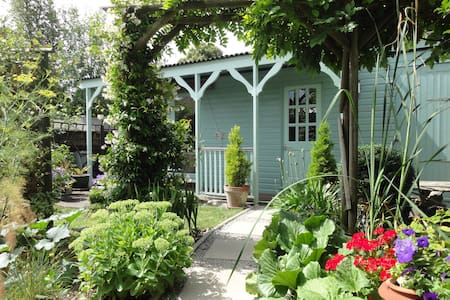 CHARMING SELF CONTAINED CHALET - Chichester