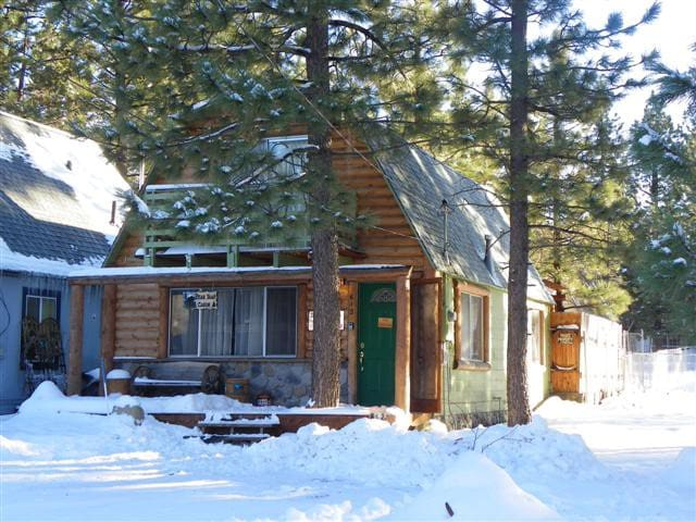 Bear trap cabin hot tub cabins for rent in big bear for Big bear cabins with jacuzzi tubs
