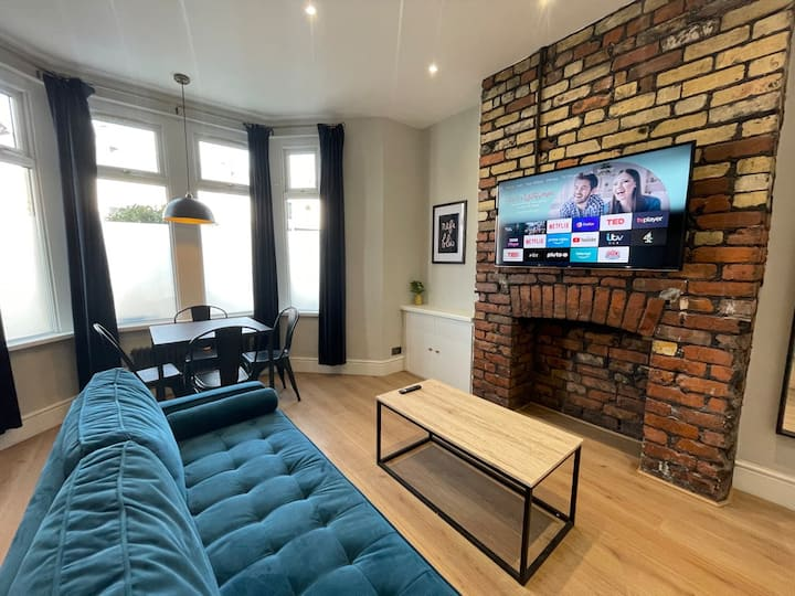 Stylish central apartment for 4 people - free parking
