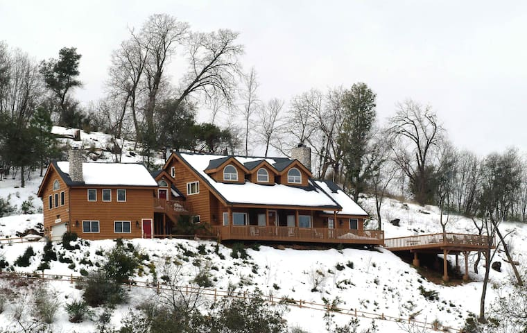 Lodge with expansive views of Julian mountains