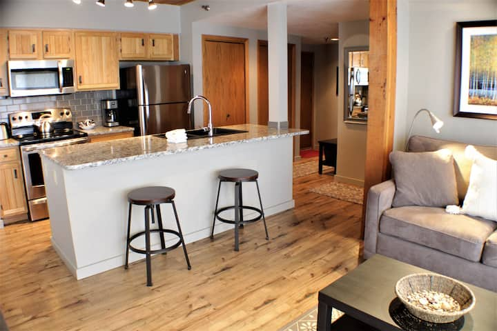 Beautifully Upgraded 1 Bedroom, On shuttle Route with Hot Tub, Fire Pit!