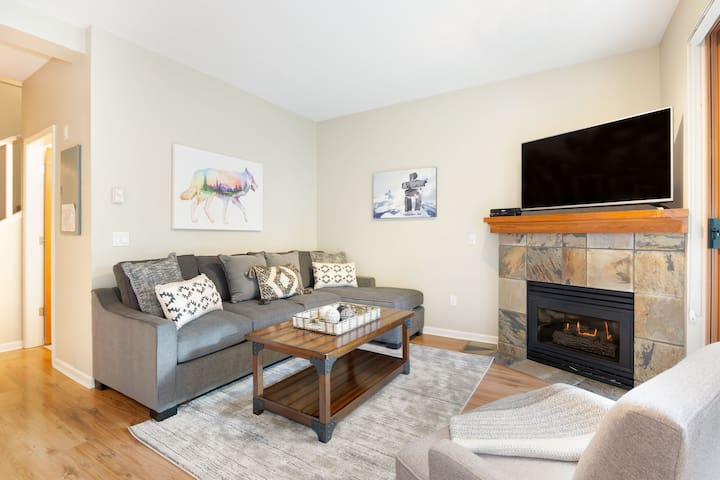 2BR Modern Home in Whistler Village-Hot tub & Pool