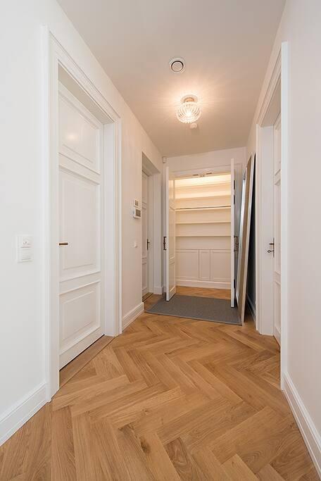 Entrance/closet