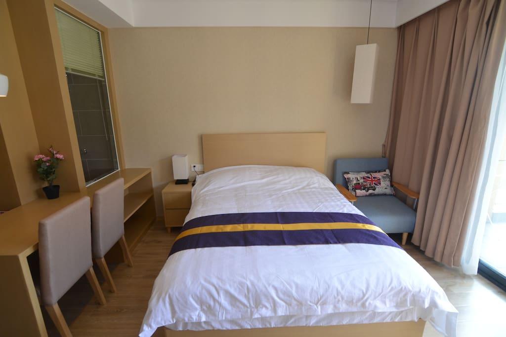 卧室内有双人床一张及沙发床一张