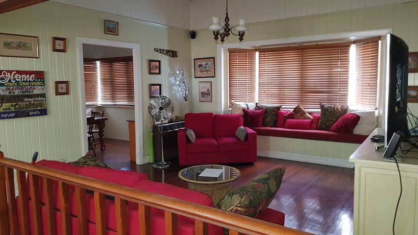 Condon Large Queenslander, NBN, Spa, Pet Friendly.