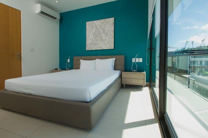 1RA RECAMARA CON CAMA QUEEN & FIRST ROOM WITH QUEEN SIZE BED