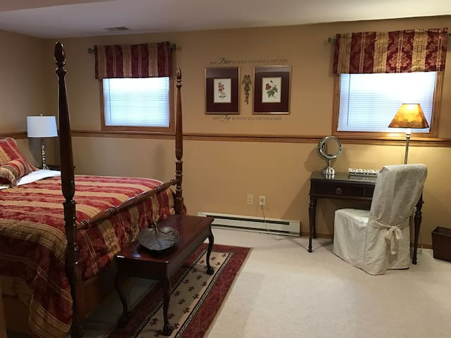 1 bedroom w/ queen bed/private bath up to 2 guest