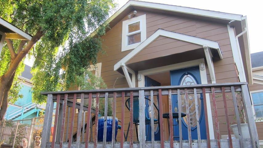 Bright Loft w/ Deck + Clawfoot Tub - Eureka - Loft
