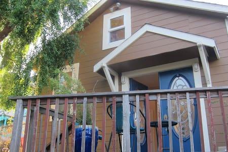 Bright Loft w/ Deck + Clawfoot Tub - Eureka - Loft-asunto