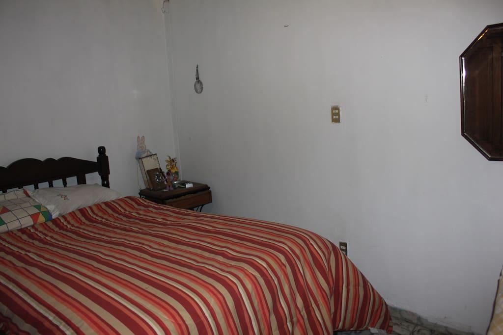 Habitación con cama matrimonial y sillón-cama.