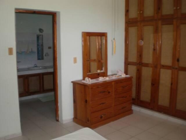 cada habitacion tiene su baño