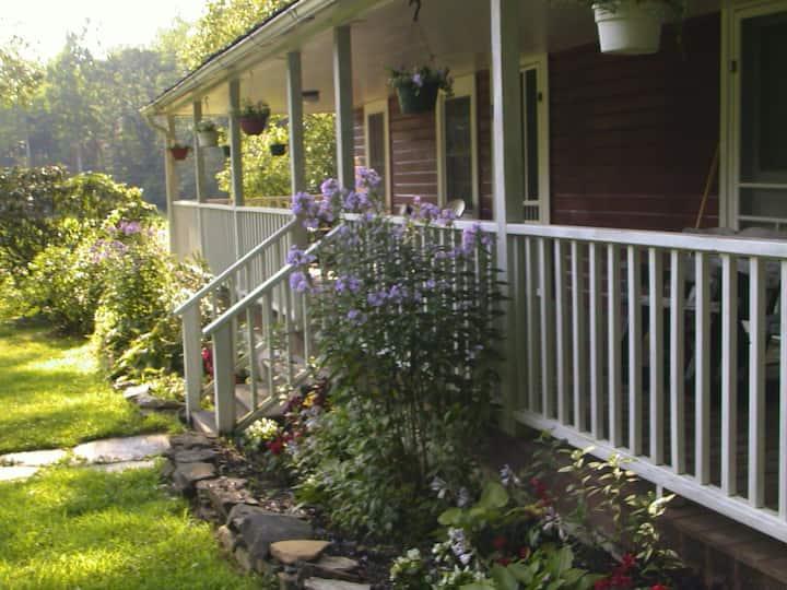 Wild Rose Suite (small apartment on 300 acre farm)