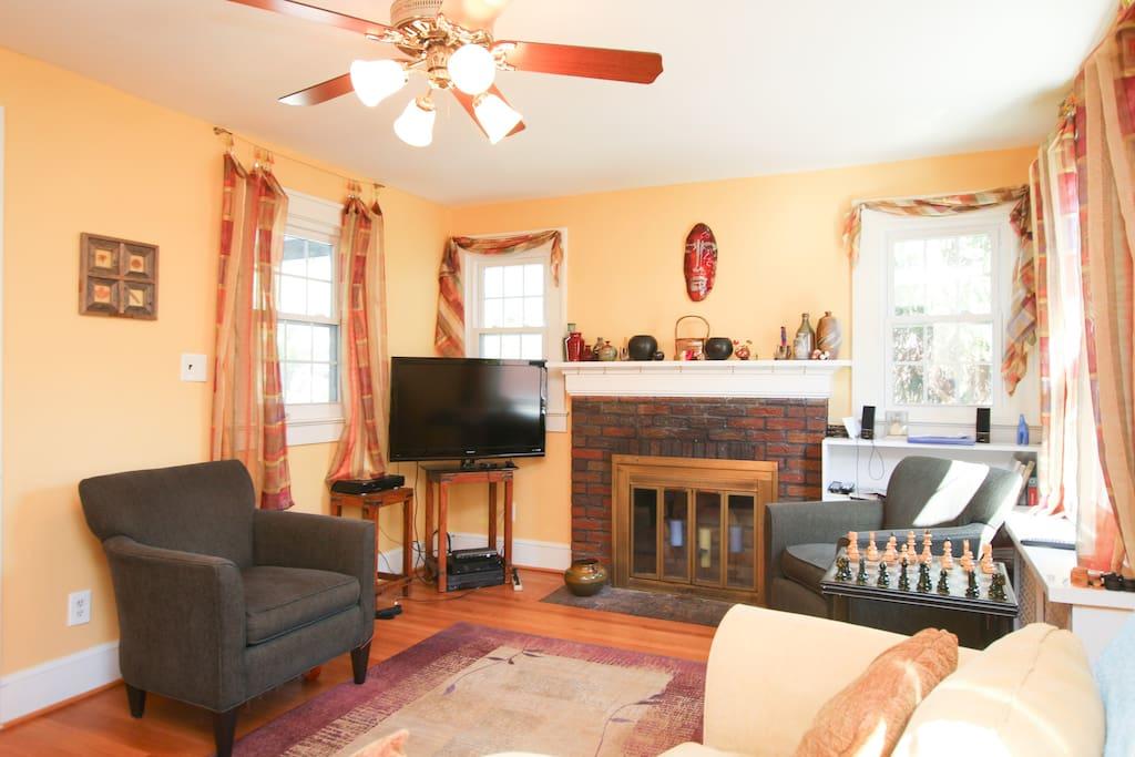 Sitting room on main floor - photo 2
