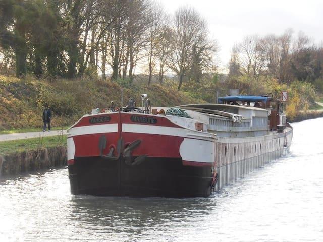 Próximo a Dysneylandia, barco - Lagny-sur-Marne