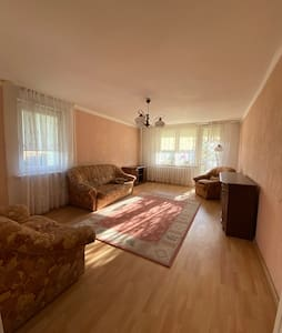 Duży pokój z 2 rozkładanymi sofami,