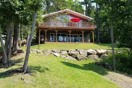 New three bedroom Year-Round Lakefront Oasis
