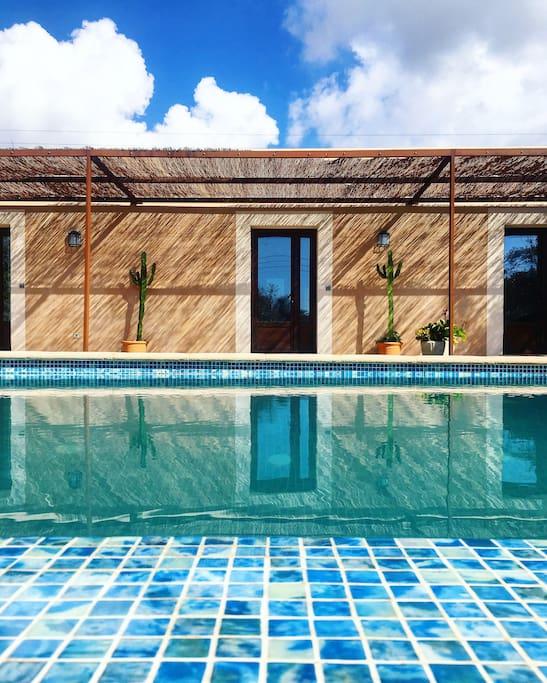 Piscina y habitaciones - Swimming Pool and rooms