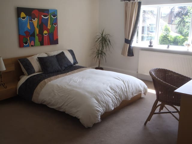 Double room, spacious house,opp Uni