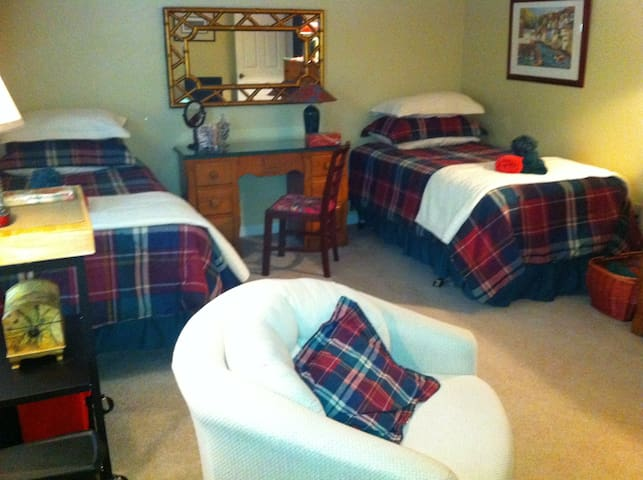 Pittsburgh Area Guest Room For Two - Cranberry Twp
