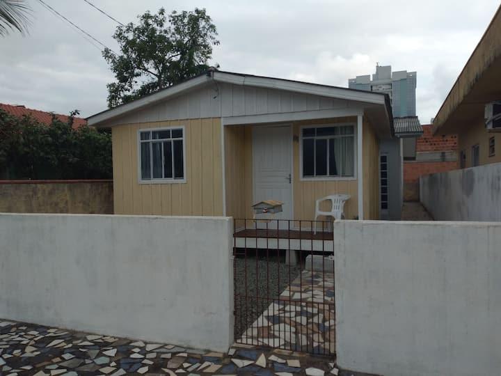 Casa de frente a duas quadras do mar