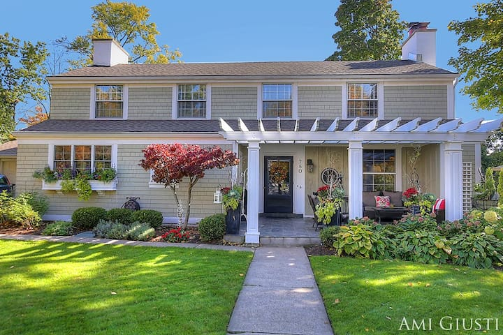 Cozy English Cottage w/ Architectural Charm - East Grand Rapids - Casa