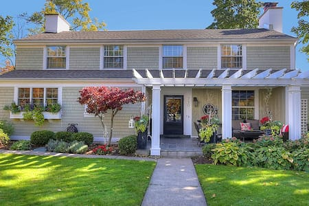 Cozy English Cottage w/ Architectural Charm - East Grand Rapids - Rumah