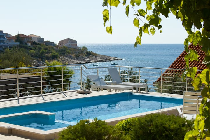 Sea view vila with swimming pool