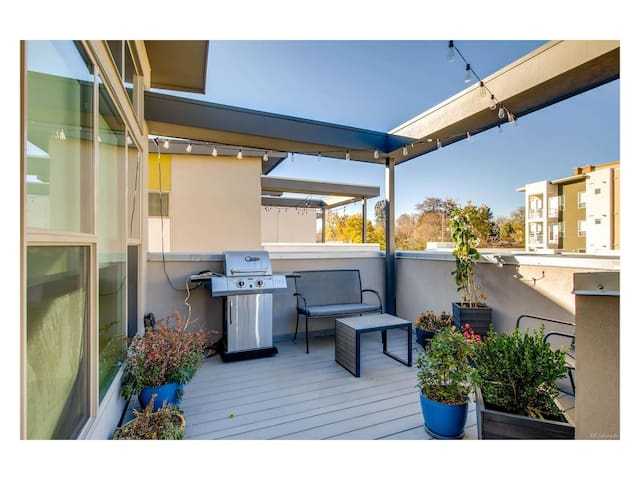 ★★★★★Downtown, PRIVATE patio with city views★★★★★