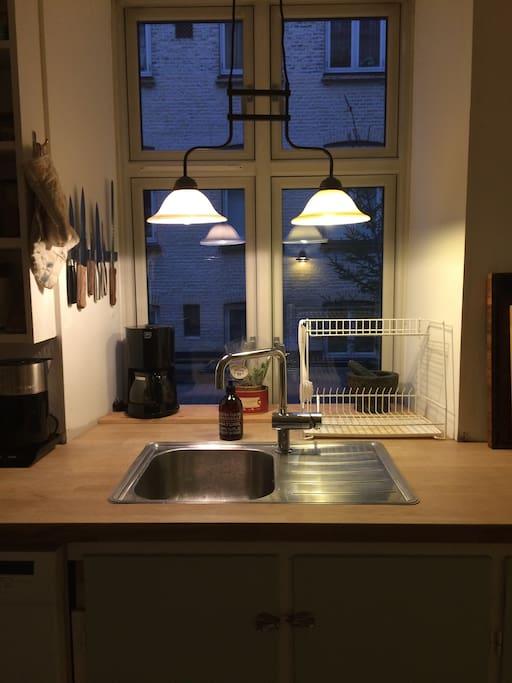Køkkenet og gården til den anden side