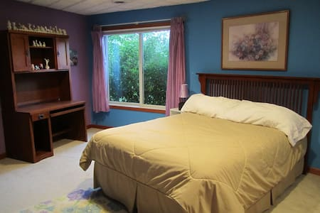 Bedroom in family home-private bath - Dubuque - House