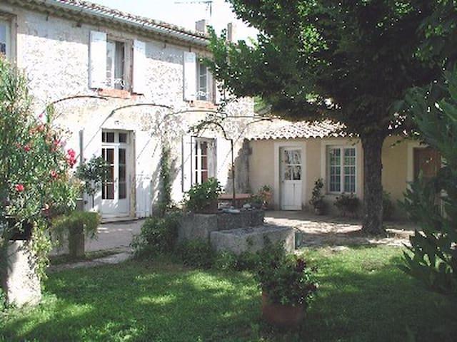 Maison ancienne au pied du Luberon - Taillades - House