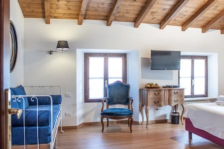 Suite in B&B  overlooking the lake - Azzano - Bed & Breakfast
