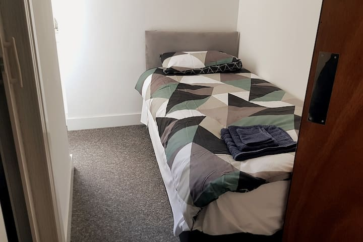 Cardiff Stays - Single Bed + Bathroom By The City