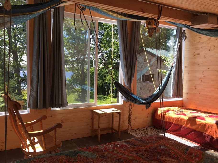 Hammack sur le bord des grandes baies vitrees
