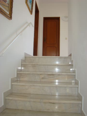 Escadas de acesso ao 1º Andar - Stairs to the first floor