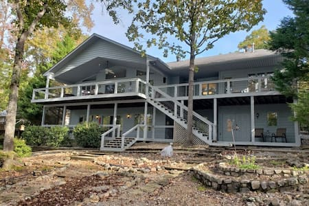 Beautiful lakefront home located on Lake Pineda