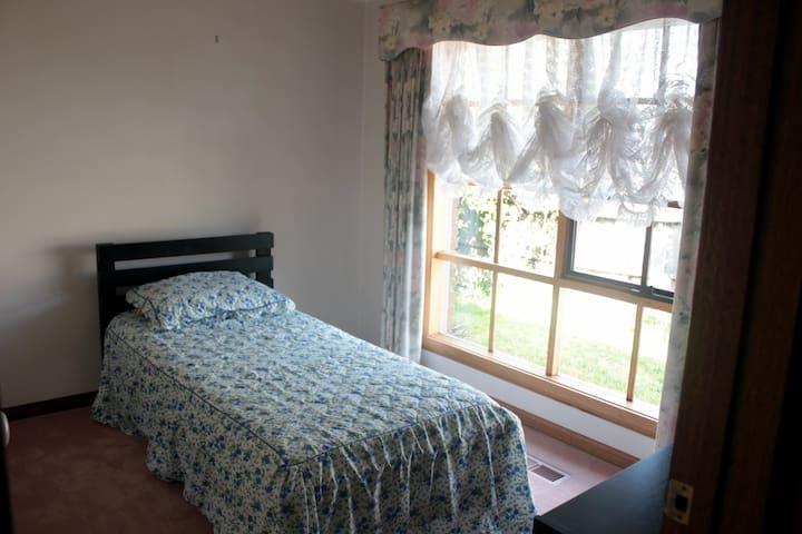 Bright, cosy, comfortable room near Monash Uni [1]